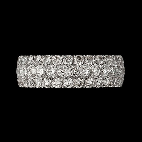 A pave-set diamond ring, 3.30 cts in total.