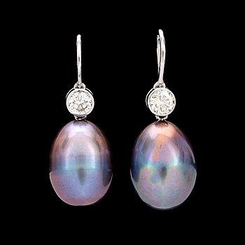 8. ÖRHÄNGEN med svarta odlade pärlor samt diamanter totalt 0.49 ct.