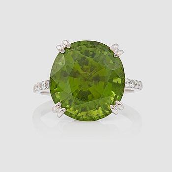 1123. RING med peridot 14.10 ct samt briljantslipade diamanter totalt 0.78 ct.