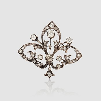 1430. An Edwardian antique-cut diamond brooch.