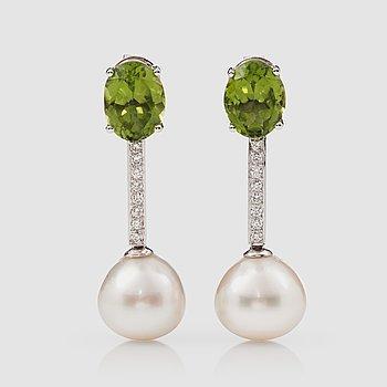 1121. ÖRHÄNGEN med peridoter, briljantslipade diamanter samt odlade South Sea pärlor.