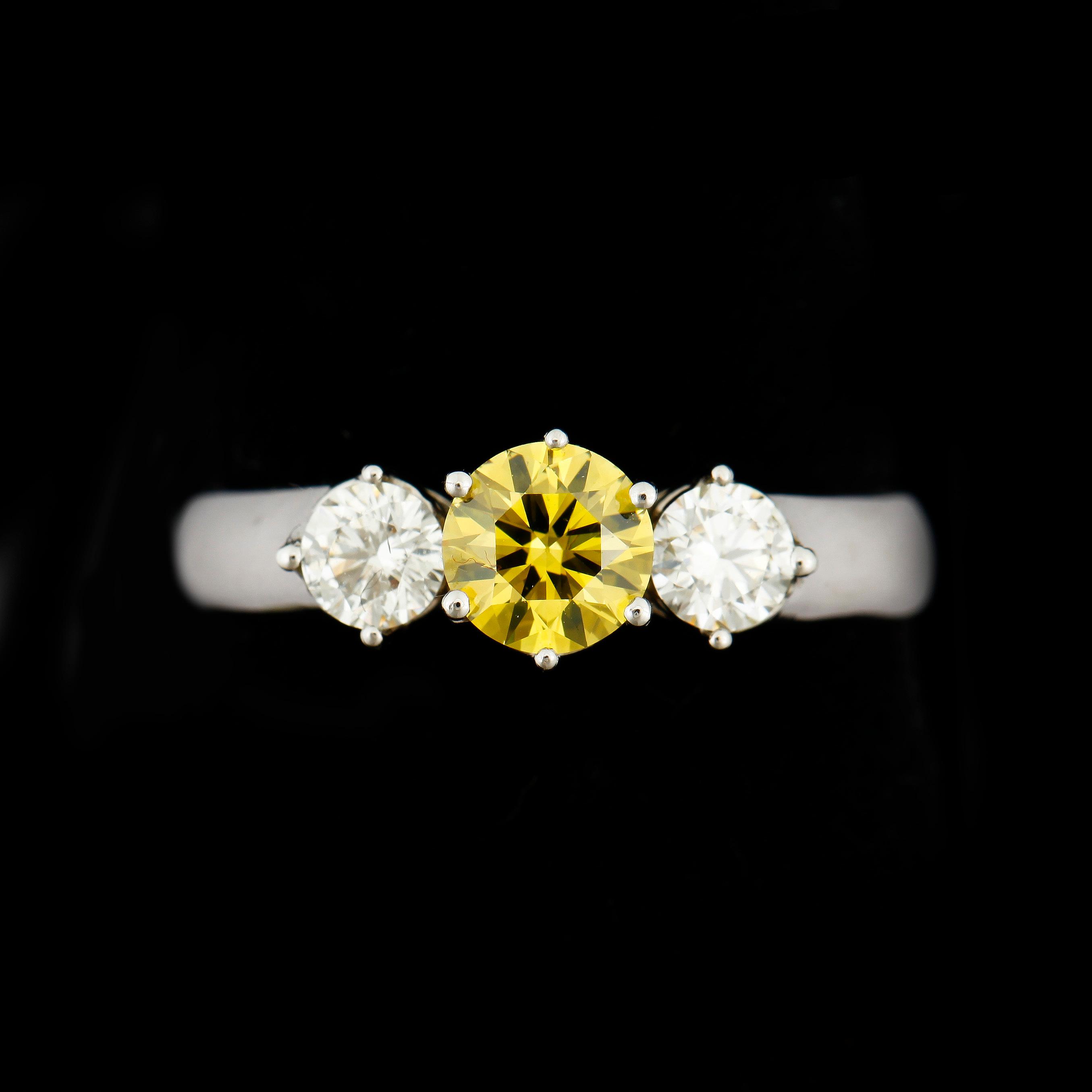 5e65348b6d80 RING, 18k vitguld med briljantslipade diamanter, mittsten gul ...