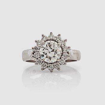 1119. RING, med briljantslipad diamant ca 1.50 ct, omgärdad av mindre briljantslipade diamanter.