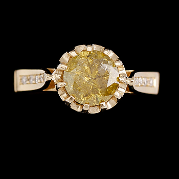 RING, 14 k guld, gul färgad briljantslipad diamant ca 1.57 ct. 10 mindre diamanter 0.12 ct. Totalt ca 1.59 ct.
