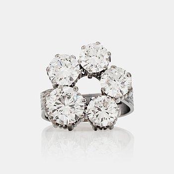 1227. RING med 5 st diamanter med modern samt äldre slipningar totalt 6.50 ct. Kvalitet ca G-H/VVS-VS.