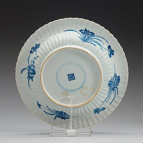 A blue and white dish, qing dynasty, kangxi (1662-1722).