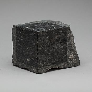 TAKASHI NARAHA, skulptur. Diabas. Signerad och daterad 1979.