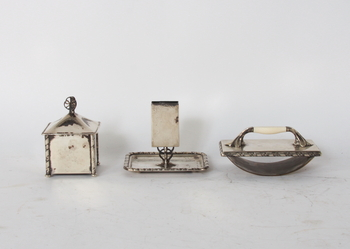 56255. SKRIVBORDSGARNITYR, 3 delar, silver, Borgila 1910-20-tal.