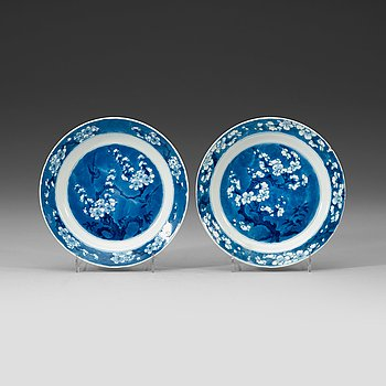 2. A pair of blue and white dishes, Qing dynasty Kangxi (1662-1722).