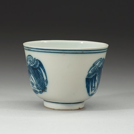 A blue and white crane cup, qing dynasty 19th century. with qianlongs four characters mark.