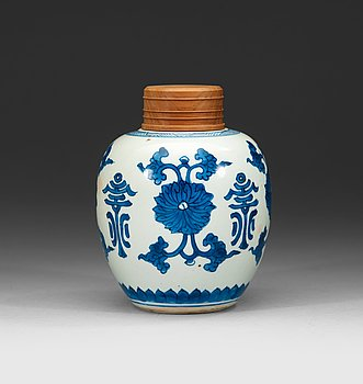4. A blue and white jar, Qing dynasty Kangxi (1662-1722).