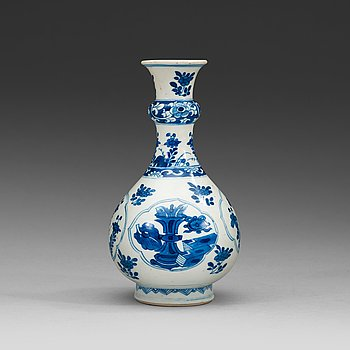 13. A blue and white vase. Qing dynasty Kangxi (1662-1722).