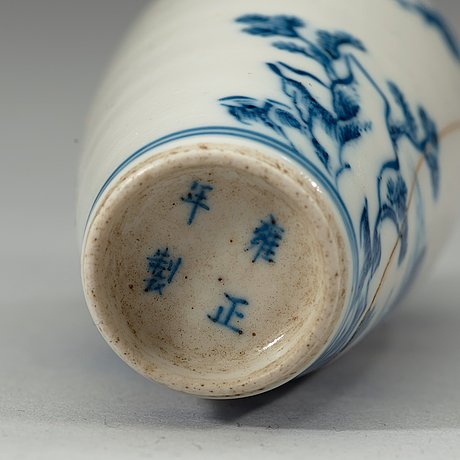 A set of three blue and white porcelain snuff bottles, qing dynasty, 19th century.