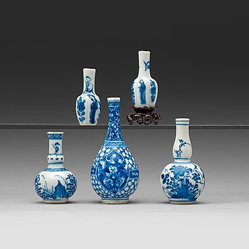 14. A set of five blue and white miniature vases, Qing dynasty, Kangxi (1662-1722).