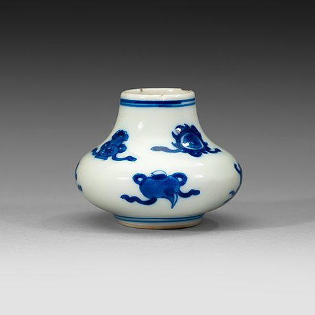 A blue and white miniature vase, qing dynasty, kangxi (1662-1722).