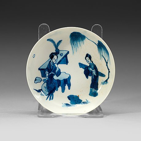 A small blue and white tray decorated with figures in a garden, qing dynasty, kangxi (1662-1722).