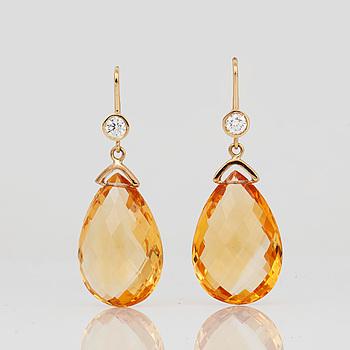ÖRHÄNGEN, 18K guld med brioletteslipade citriner samt briljantslipade diamanter, tot ca 0,24 ct. Total vikt ca 11,09 g.