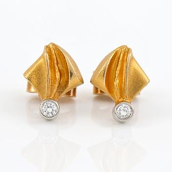 Örhängen, 18K tvåfärgat guld med briljantslipade diamanter, tot ca 0,06 ct, Lapponia, Finland. Vikt 2,37 g.
