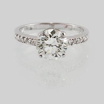 RING, 18K vitguld med briljantslipad diamant ca 2.05 ct samt små briljantslipade diamanter ca 0.14 ct. Vikt 3,4 gram.