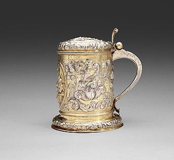 1010. DRYCKESKANNA, icke identifierad mästarstpl, Tyskland, troligen Helmstedt 1600-talets slut/1700-talets början. Barock.