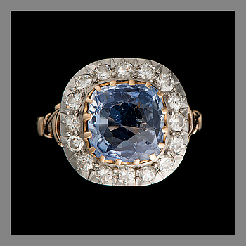 RING, 18K gold, cushion cut sapphire, old- and 16/16 cut diamonds. Weight c. 5.5 g.