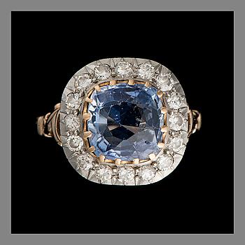 SORMUS, 18K kultaa, tyynyhiottu safiiri, vanha- ja 16/16-hiotut timantit. Paino n. 5,5 g.
