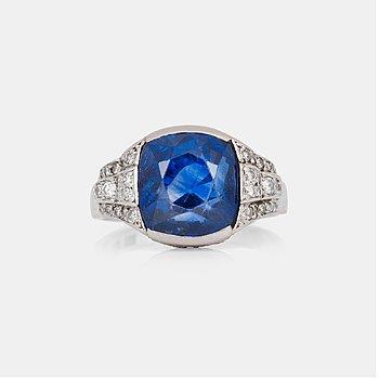 648. RING med safir ca 11.00 ct, samt åttkantsslipade diamanter, totalt ca 0.40 ct.