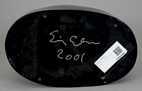 Sigurdur gudmundsson, skulptur i svart lack signerad sigurdur gudmundsson och daterad 2001.