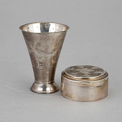 BÄGARE samt LOCKASK, Silver, 1800-tal. Tot vikt ca 101 g.