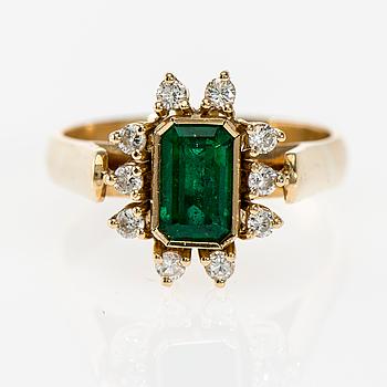 RING, 14K guld, smaragd, briljantslipade diamanter. Vikt ca 6,5 g.