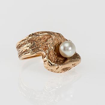 RING, 14K guld, pärla. Kultakeskus 1972. Vikt ca 7,0 g.