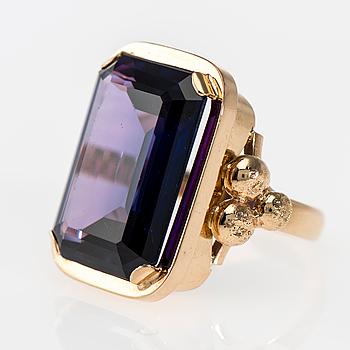 RING, 14K guld, syntetisk safir med färgväxling. Reino Viktor Koivisto 1967. Vikt ca 22,1 g.