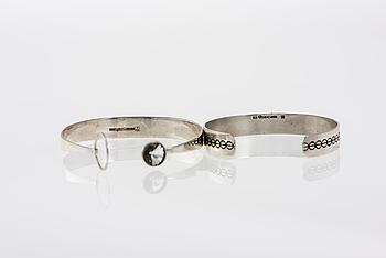 ARMBAND, 2 st, silver. Kaunis Koru 1961 samt 1970. Vikt totalt ca 33,2 g.