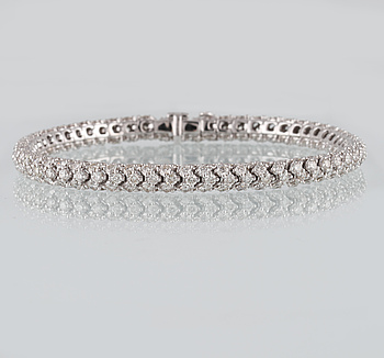 ARMBAND, 18K vitguld med 291 briljantslipade diamanter 10.76 ct. Vikt 19,3 gram.