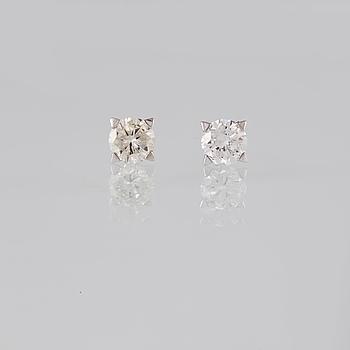 ÖRHÄNGEN, 18K vitguld med briljantslipade diamanter 1.36 ct. Vikt 1,6 gram.