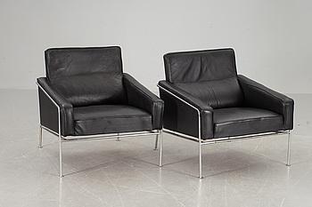 FÅTÖLJER, ett par, Arne Jacobsen, modell 3300 för Fritz Hansen. Danmark.