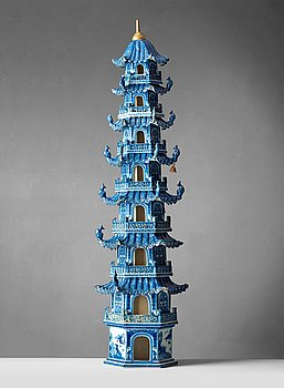 422. A blue and white 8 tiered porcelain pagoda, Qing dynasty, Qianlong/Jiaqing 1750-1800.