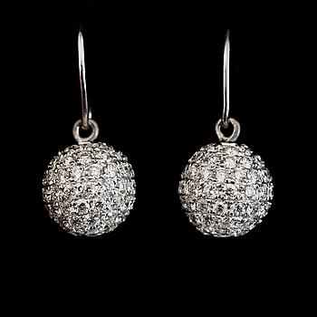 ÖRHÄNGEN, 1 par, 14K vitguld, briljantslipade diamanter tot ca 3.50 ct. Vikt ca 4 g.