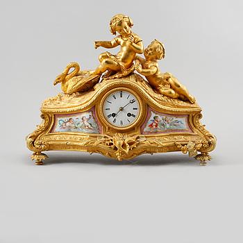 BORDSPENDYL, Louis XV-stil, omkring sekelskiftet 1800/1900.