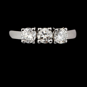 RING, 18K vitguld, 3 briljantslipade diamanter tot ca 1.15 ct.
