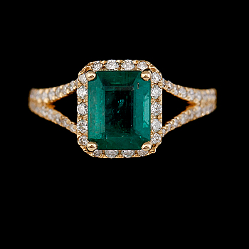 RING, 18K guld, smaragd ca 2.20 ct, diamanter tot ca 0.50 ct.