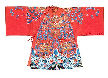 4. ROBE, silk. Height 112,5 cm. China, late Qing dynasty (1644–1911).