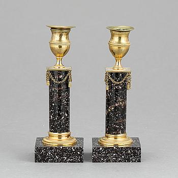 LJUSSTAKAR, ett par, empire, porfyr och mässing, 1800-tal.
