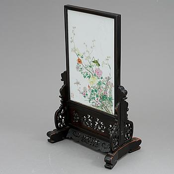 PORSLINSTAVLA MED STÄLL, Kina, Sen Qingdynasti, sent 1800-tal.