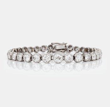 477. ARMBAND med 32 st svagt doserade gammalslipade diamanter, totalt ca 9.00 ct.