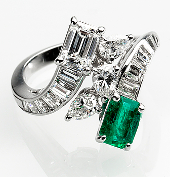 RING, 18 k vitguld med smaragd ca 0.80 ct samt diamanter totalt ca 2.00 ct. Vikt ca 6 g.