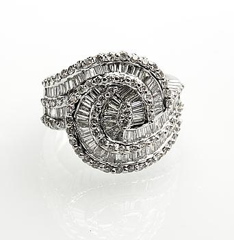 RING, 18 k vitguld med olikslipade diamanter, totalt ca 3,19 ct. Vikt ca 14,5 g.