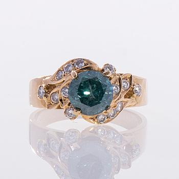 RING, 18K guld, behandlad blå diamant och mindre diamanter. Belgiska stämplar. Vikt ca 5,3 g.