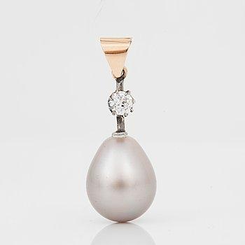 634. HÄNGE med en droppformad grå orientalisk pärla samt gammalslipad diamant ca 0.20 ct.