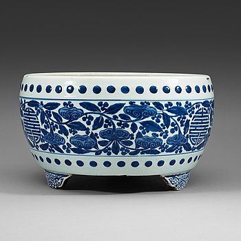11. A large blue and white censer, Qing dynasty, Kangxis six character mark (1662-1722).